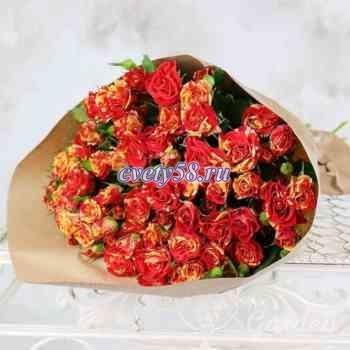 15 пестрых кустовых роз в крафте